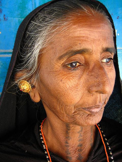 Harry Hilders Fotografie - Close portret van Nadapa Rabari door Meena Kadri